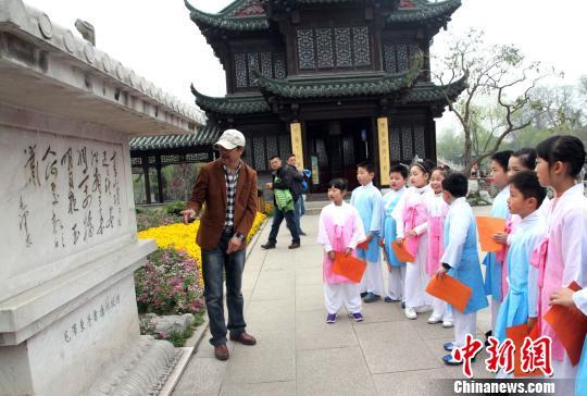 图为诗词大会擂主夏昆下扬州,给孩子们讲授诗词。 崔佳明 摄