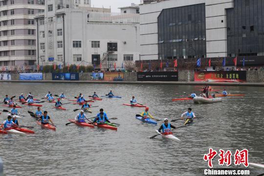 """""""2016上海?静安苏州河国际皮划艇马拉松赛""""2日在苏州河畔拉开战幕。下午专业组比赛在雨中进行。 余儒文 摄"""