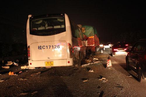 4月2日凌晨00:43,一辆广西籍大客车行驶至二广高速公路肇庆四会市路段,与一辆广西籍大货车发生碰撞,造成大客车上4人死亡,11人受伤。