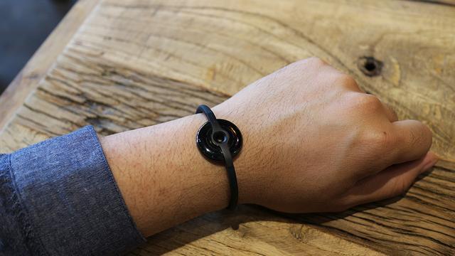 2015年,华米科技发布Amazfit手环。虽然是小米系产品,但是Amazfit手环呈现精致小巧的美感,而且还请来宅男女神高圆圆助阵。
