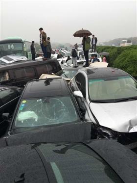 江苏常州市交警支队4月2日傍晚发布消息,沪蓉高速多车连撞事故路段部分车道已打通。