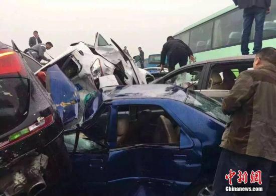 4月2日,沪宁高速上海至无锡方向玉祁段发生重大车祸,现场至少50辆车连环相撞,现场交通单向中断。截止2日下午5时30分,事故已造成2人死亡,5人受伤。 化龙巷论坛 供图
