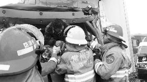 消防队员在施救 常州消防供图
