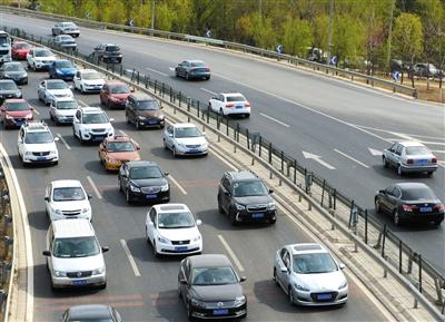 昨日,西五环外,莲石路,左边是出京,右边是进京。新京报记者 尹亚飞 摄