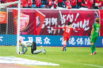延边球员河太均庆祝进球。正是凭借他的头球破门,延边富德主场1比0小胜北京国安。 图/CFP