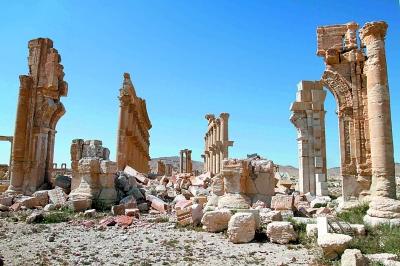 """有着2000多年历史的叙利亚台德穆尔古城于1980年被联合国教科文组织列入世界文化遗产名录。极端组织""""伊斯兰国""""去年5月攻占台德穆尔古城,随后炸毁众多古迹。今年3月27日,叙政府军宣布收复台德穆尔。叙利亚古迹和文物管理总局局长马蒙·阿卜杜勒-卡里姆在接受新华社记者的专访时说,叙利亚文物部门已与联合国教科文组织和其他相关国际机构建立联系,古城的修复工作预计将于4月或5月展开。"""