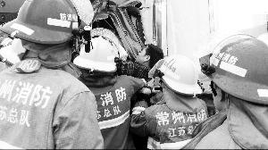 消防胡匪在急救伤员。新华社发