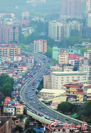 昨日下午,环城高速东往西方向车流密集。 广州日报记者庄小龙 摄