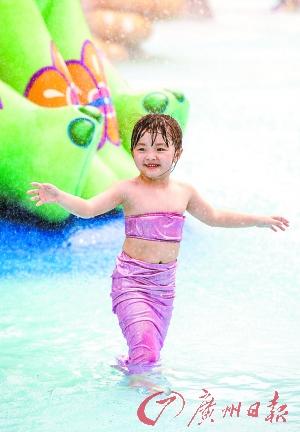 """近日,气温回升,某水上乐园开园,""""小小美人鱼""""欢乐戏水。广州日报记者庄小龙摄"""