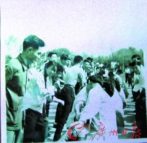 """""""牵钩"""",就是现在的拔河运动,也是过清明节的一种习俗。这是1957年清明节当天,内蒙古第一机械厂工会组织员工开展拔河比赛。"""