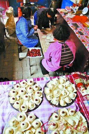 捏花馍是秦晋人家过清明节少不了的习俗。这是2005年清明前夕,山西永济市蒲州镇北阎郭村,几位心灵手巧的农家主妇正在一起捏花馍,以寄托对先人的怀念。