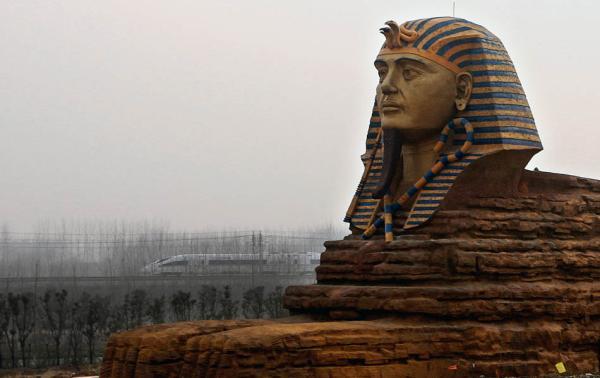 """澎湃新闻2015年报道,安徽省滁州市一影视动漫旅游创意园的""""世界文化遗产博览园""""现山寨""""狮身人面像""""。该""""狮身人面像""""以埃及的狮身人面像为原型建造的。"""