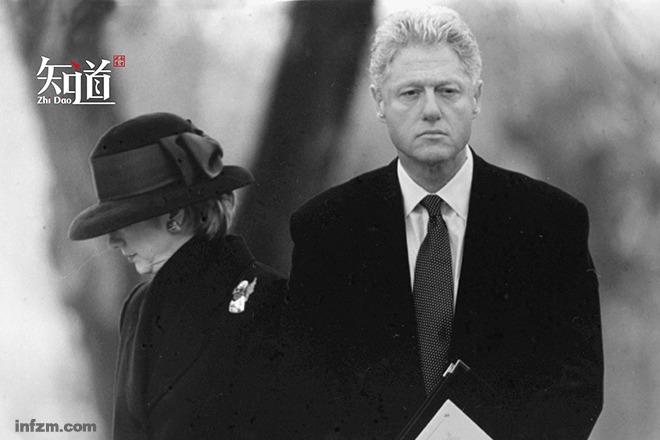 1998年12月21日,克林顿(右)与夫人希拉里在弹劾条款通过的第三天首次公开露面。 (新华社/图)