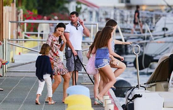 3月28日,邓文迪被拍到带着女儿乘坐俄罗斯亿万富豪罗曼-阿布拉莫维奇的私人游艇前往圣巴斯岛度假。