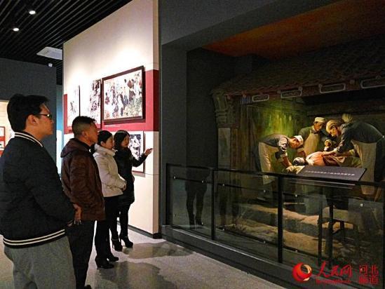 图为人们正在参观白求恩纪念馆。张宁 摄