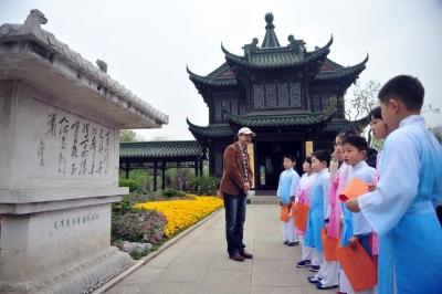 夏昆向小学生讲诗词。刘江瑞 摄