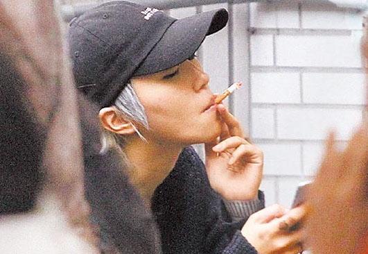 窦倩童抽烟姿势豪迈