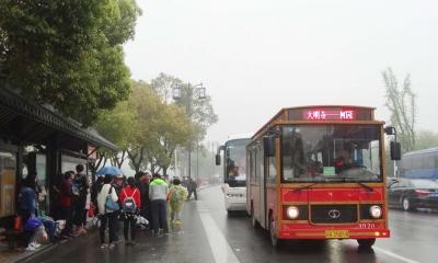 """4月1日,观光巴士恢复运营。记者昨天看到,不少观光巴士都是满满的,成为最受游客欢迎的游览工具。据巴士司机介绍,昨天上午8点之后,乘坐观光巴士的游客便接连不断,车辆没开几站便坐满了。上海游客张良说:""""坐观光巴士可以到很多景点,便宜、方便。"""" 张孔生 摄"""