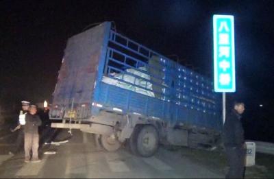 大货车撞在路边护栏上。