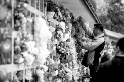 一名男子在扫墓献花。京华时报记者赵思衡摄