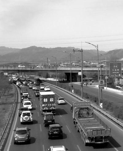 昨天上午,京藏出京方向西关环岛出口附近拥堵。京华时报记者张莉丽摄
