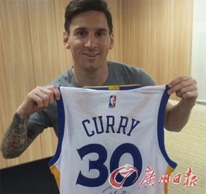梅西曾在社交网络上晒出库里送给他的勇士签名球衣的照片。
