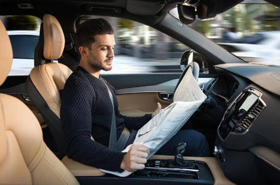 英国汽车生产商和贸易商协会(SMMT)的最新统计数据表明,随着自动驾驶汽车的出现,消费者逐渐开始接受半自动驾驶系统。就去年碰撞预警系统的安装情况而言,总安装量占汽车销售总量的58%,相比之下,五年前安装碰撞预警功能的汽车只有7%。其他受欢迎的车载系统包括:紧急制动系统(安装率为39%),盲点监控系统(安装率为32%)和自适应巡航控制系统(安装率为32%)。