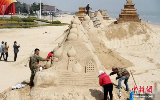 """""""一带一路""""主题沙雕群在山东威海南海新区开雕"""