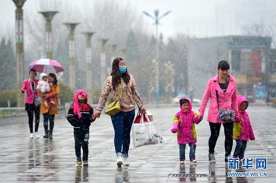 4月2日,市民在银川市街头冒雪行走。