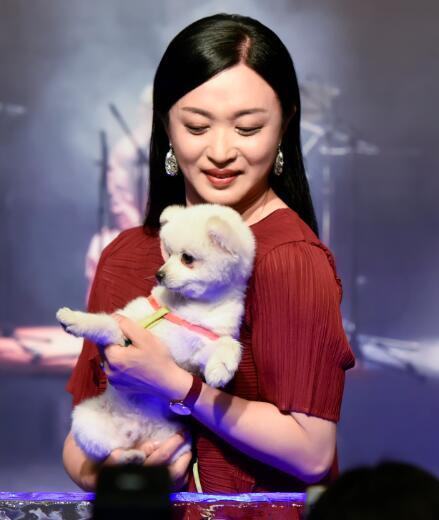 金星抱着小狗