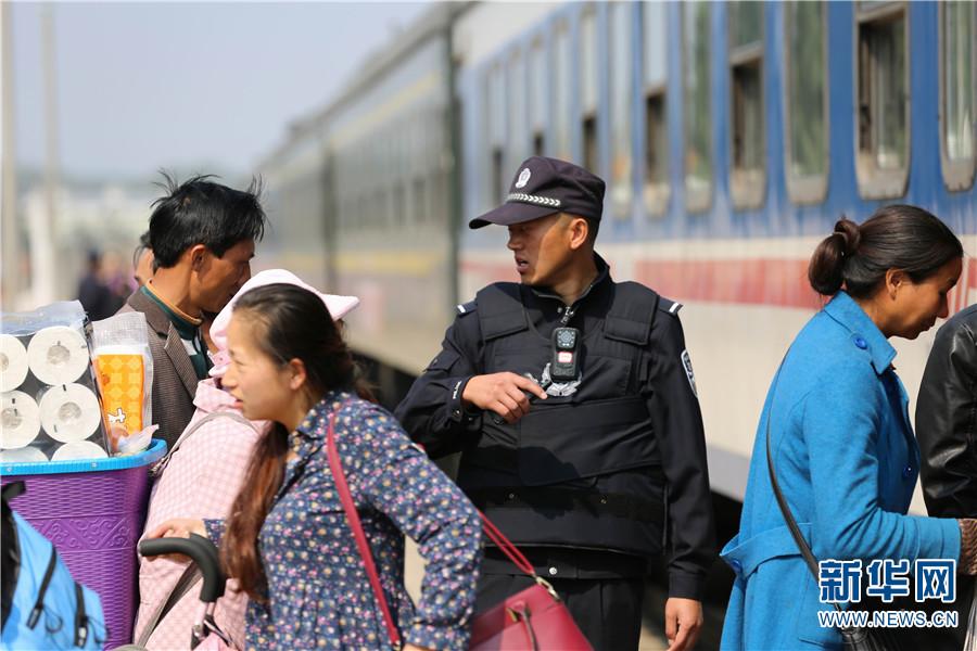 南华站铁路民警强化乘车引导,确保安全。
