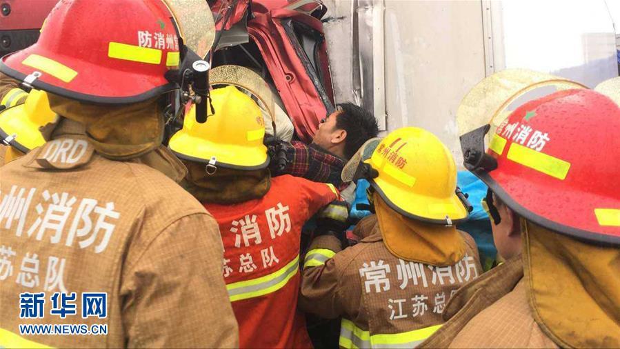 4月2日,常州消防官兵在现场抢救伤员(手机拍摄)。当日,江苏境内沪宁高速常州段发生多车连环相撞事故。 新华社发