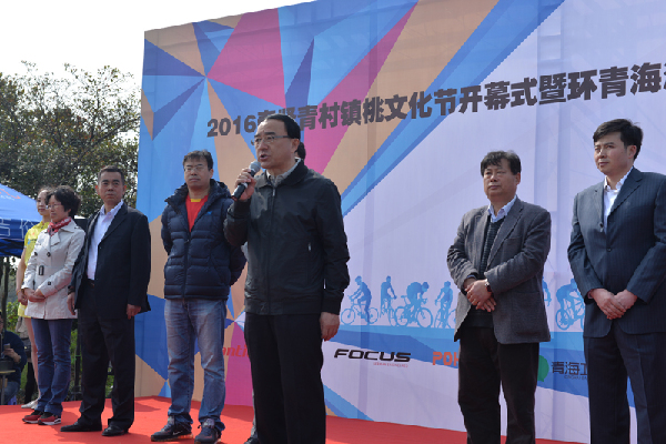 环湖联赛现场,青海省体育局局长张宁宣布比赛开始。