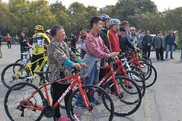 4月2日,2016环青海湖自行车联赛上海站在上海申隆生态园鸣枪开战。根据赛制,2016首届环青海湖自行车联赛共分为成都、上海、厦门、无锡和广州五个赛区,每个分赛区各组别的前20名参赛队员将获得在青海湖畔参加年度总决赛的资格,可以亲眼感受大美青海,亲身挑战环湖赛。