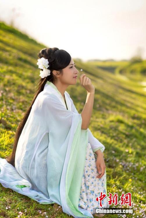 """女大学生村官自费拍宣传照 为乡村美景""""代言"""""""