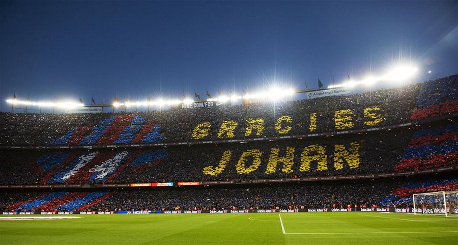 """4月2日,在诺坎普球场的看台上,球迷打出巨大的""""谢谢你,约翰"""",向在3月24日因癌症病逝的曾效力并执教于巴萨的荷兰足坛传奇约翰·克鲁伊夫。"""