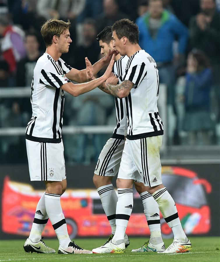 4月2日,尤文图斯队球员曼朱基齐(右一)在得分后庆祝。当日,在2015-2016赛季意大利足球甲级联赛第31轮的比赛中,尤文图斯队主场以1比0战胜恩波利队。