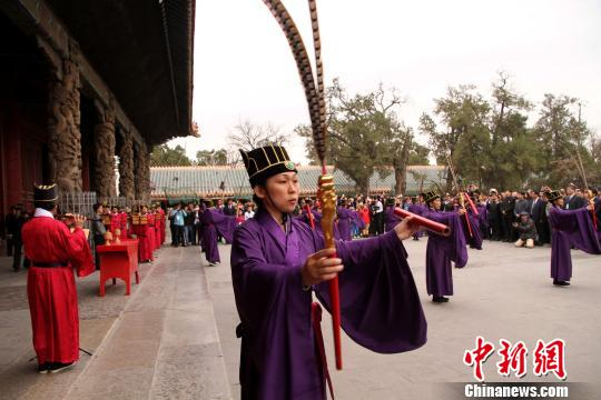 4月3日,台北孔庙雅乐舞团在孔子故里曲阜孔庙大成殿前展演台北孔庙祭孔雅乐舞,祭奠至圣先师孔子。 李欣 摄