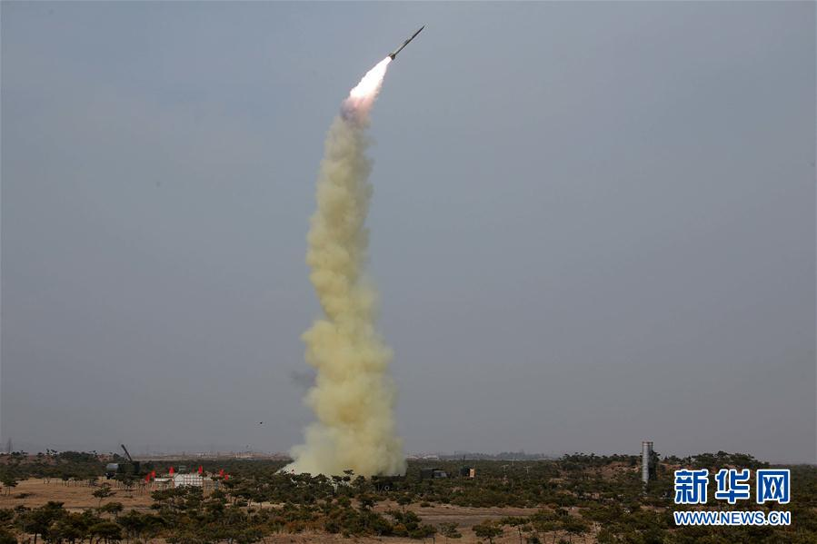 """这张朝中社4月2日提供的照片显示的是新型防空火箭试射现场。据朝中社2日报道,朝鲜最高领导人金正恩日前指导了新型防空火箭试射。此次试射的目的是为了测试""""新型防空拦截制导武器系统""""的战斗性能,该武器系统是保卫朝鲜领空的强有力手段。报道未说明试射的时间和地点。报道说,防空火箭准确击中空中目标,试射结果验证了朝鲜自主研发的新型防空制导武器系统的战斗性能已完全达到最新军事科技需要。新华社/朝中社"""