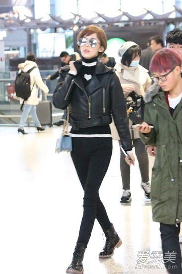短款皮夹克+黑色牛仔裤