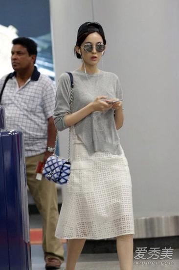 灰色上衣+白色格纹长裙