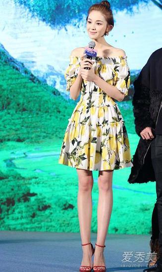 印花连衣裙+高跟鞋