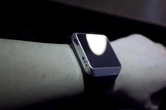 总的来说和手表比较类似,由于投影方向的关系,应该只能戴在左腕上,表盘不是显示用的,而是个触摸板,投影--也就是显示,是直接打在手背上的。