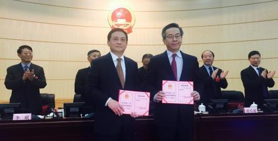 卢雍政(图右)、黄家培(图左)接受任命书。
