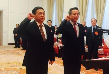 3月31日,宪法宣誓仪式上,贵州省副省长卢雍政(图右)、黄家培(图左)宣誓。