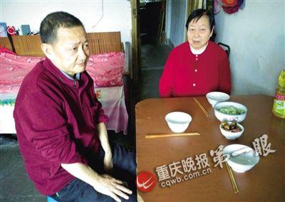 何田忠二哥和家人一同用饭时,城市给弟弟摆上一副碗筷。