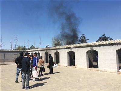 昨天,在河北三河某陵寝配置的祭奠园内,市民焚烧香纸等祭奠物件冒出阵阵黑烟。