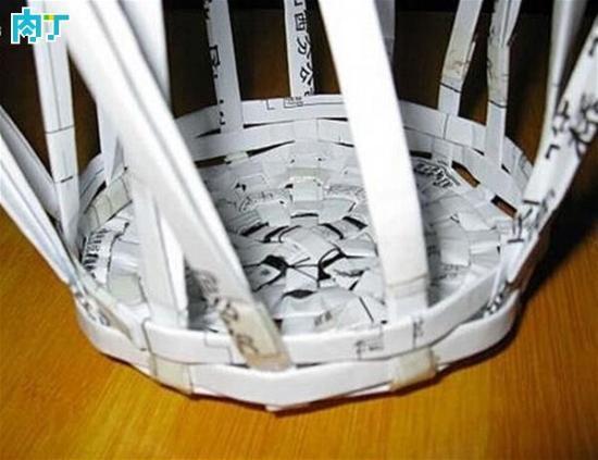 用废杂志手工编织实用的创意废纸筐,垃圾桶的做法(组图)