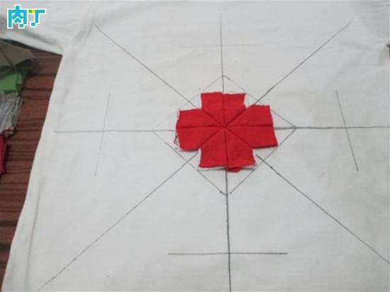 方形坐垫和圆形坐垫的编制方法基本相同,不过,圆形具有包容性,编制过程中有些偏离也不觉得难看,方形却不能包容,如果横不平、竖不直、角不正,成品就很难看,T桖面料轻薄柔软有弹性,在编制过程中难免偏离变形,我用一个简单的方法解决这个问题:在底布上画米字坐标,让每一行的缝制都有迹可寻。