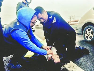 易建华和妻子在高速上急救突发疾病司机 王鸿